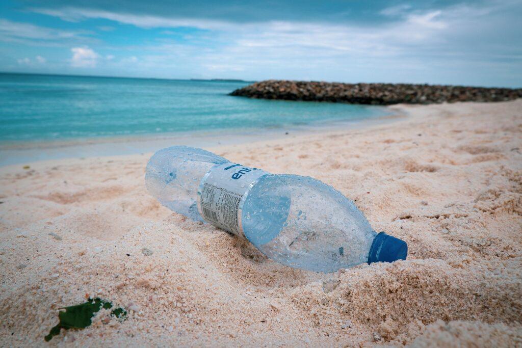 Le rotte pericolose delle isole di plastica negli oceani