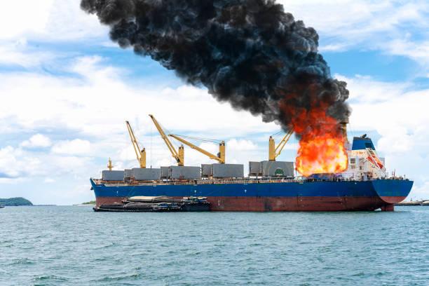 Nave portacontainer in fiamma: spiagge piene di detriti e petrolio