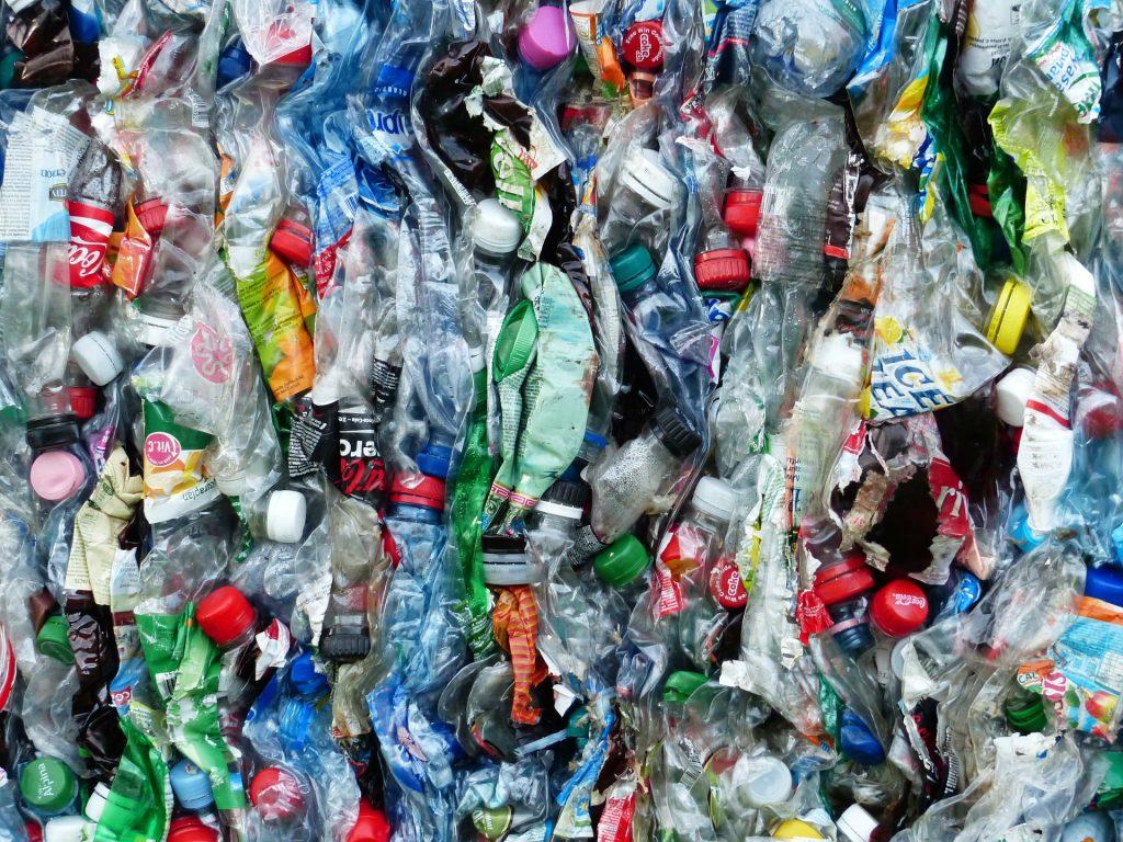 Bottiglie di plastica: ogni anno 7 miliardi di rischiano di essere disperse nell'ambiente e nel mare