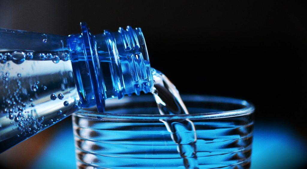 Acqua in bottiglia: impatto su risorse, 3500 volte più alto rispetto all'acqua di rubinetto